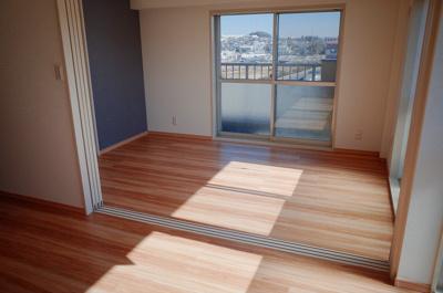リビングダイニングから洋室を撮影。引戸を開放すると、ワイドな空間に。明るく伸び伸びとした空間構成です。