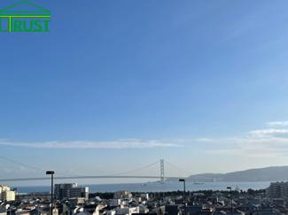 ルーフバルコニー、2階南向き洋室部分からは淡路島、明石海峡大橋が一望です。