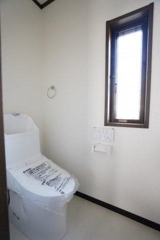 2階南 バルコニーのあるお部屋です。大きな窓からの陽射しであたたかいお部屋です。