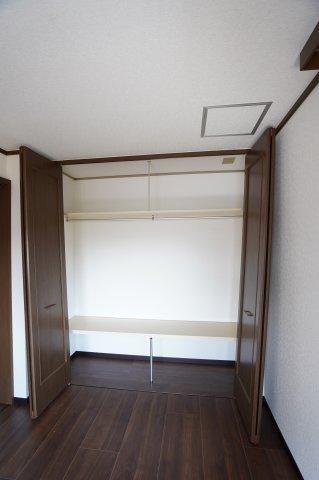 2階中 枕棚、ハンガーパイプ付き。洋服の多い方でもたっぷり収納できます。