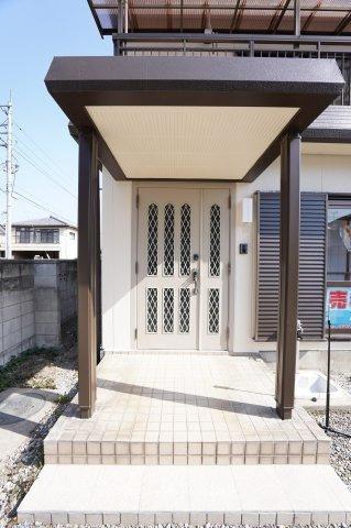 シンプルな玄関ドアです。