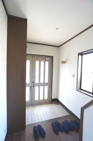窓もあるので明るい玄関です。