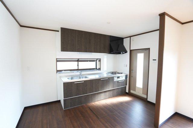 壁付けキッチンはお部屋のスペースをほぼ無駄なく広く活用できます。