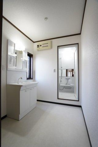 新品交換済みです。シンプルで使い勝手のよい洗面化粧台です。