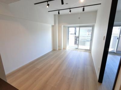 11.5帖の南東向きのリビングです。 ダイニングテーブルやソファー、ローテーブルなどの家具もしっかりと配置できます。
