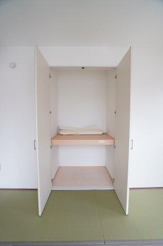 開口部が広いのでムダなく利用できます。座布団やお布団、季節物の家電など収納できます。