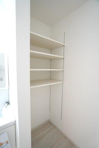 洗面脱衣所にある収納棚です。ランドリーバスケットを置いたり、タオル、洗剤などすっきり収納できます。