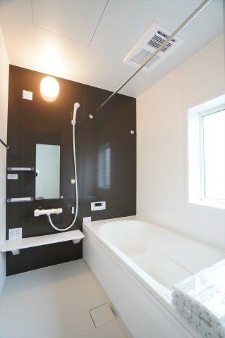 足を伸ばせる1坪サイズの広々とした浴槽で、1日の疲れをゆっくり癒すことができます。
