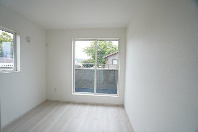 2階5.2帖 バルコニーがあるお部屋です。大きな窓から明るい光が差し込みます。