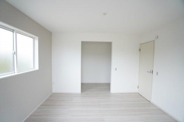 2階7帖 WICがあるお部屋です。スーツケースやゴルフ用品など大きな物も収納できます。