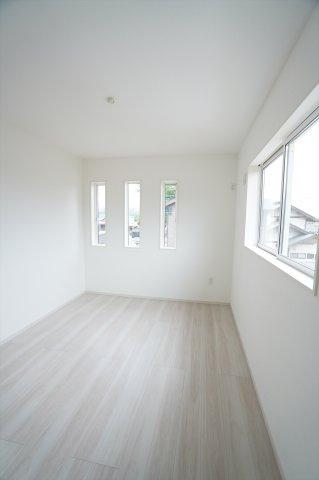 2階6.5帖 小窓がアクセントになってかわいいお部屋です。