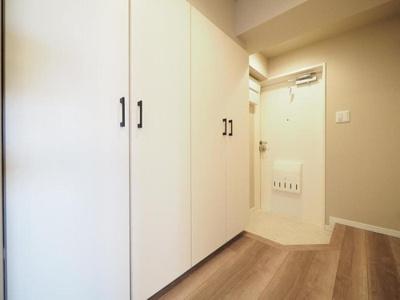 廊下の壁一面に収納があり、玄関回りがすっきり片付きますね。