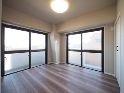 2面採光の洋室は明るく開放感がありますね。