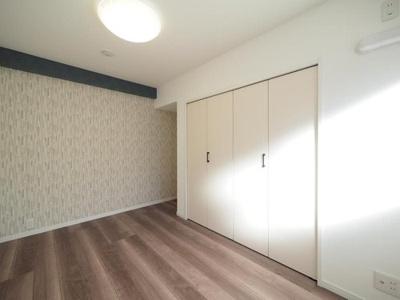 アクセントクロスを配した洋室はスタイリッシュな雰囲気。
