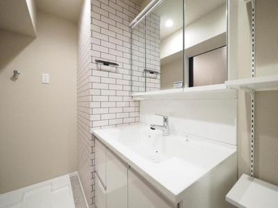 可動棚ございます。収納たっぷりな洗面化粧台に新規交換済。