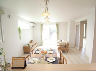 ジブンハウス仕様 建物面積103.50m2 建物価格1540万円 家具を配置しても広々としたLDK。 明るい陽射しを取り込む設計が嬉しい♪