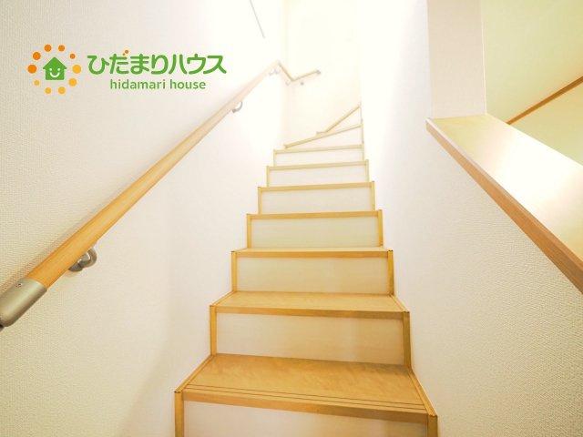 手すり付きで安心の階段です♪