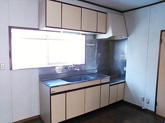 窓にある明るいキッチンです