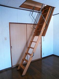 小屋裏へ上がる折り畳み式の階段