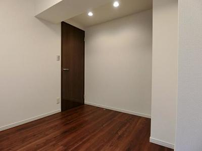 お部屋は収納付きで約4.5帖の洋室になっています。