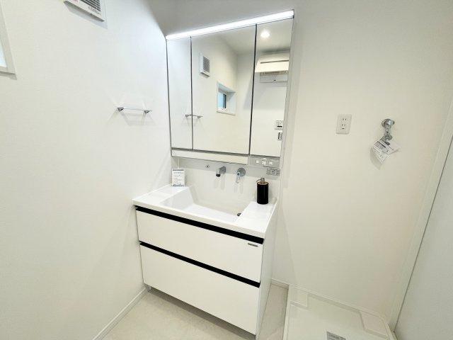 三面鏡付独立洗面化粧台/収納豊富/洗濯機置場