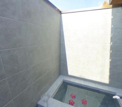 【浴室】美ら海まで車で3分の赤瓦ヴィラ8棟一括