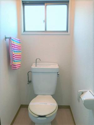 人気のバストイレ別です♪窓のあるトイレで換気もOK☆嫌なニオイがこもりません♪横にはタオルを掛けられるハンガーもあります♪