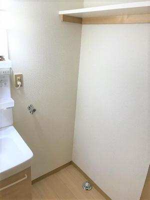 洗面所内、シャンプードレッサー横にある室内洗濯機置き場です♪室内に置けるので洗濯機が傷みにくい☆上部には便利な収納棚付き♪