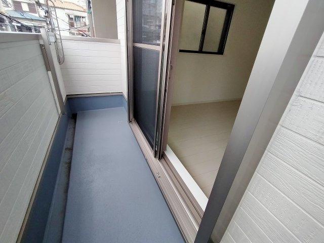 2階バルコニーです。明るく、お洗濯ものをたくさん干せますね。