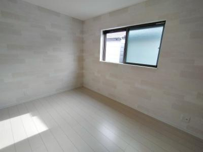 3階の洋室6帖です。南向きの明るい窓です。主寝室や子供部屋としてお使いいただけますね。