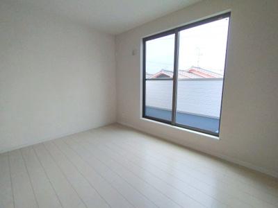 3階のバルコニーに面した洋室です。明るく風通りも良好です。