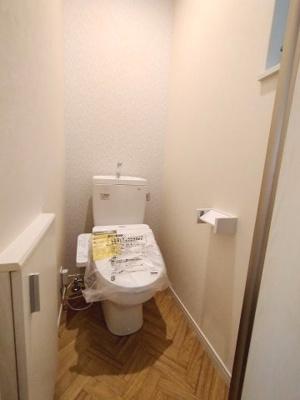 温水洗浄便座は気持ち良く毎日お使いいただけますね♪作り付けの収納なども使いやすいポイントです。