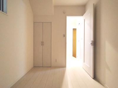 約3.5帖洋室です。収納もあり、落ち着いたスペースですので書斎や趣味のお部屋としてお使いいただくのも素敵ですね。