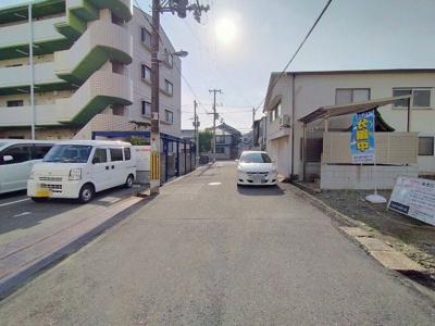 物件の前面道路です。幅員が広いので、お車の出し入れも楽ですね♪