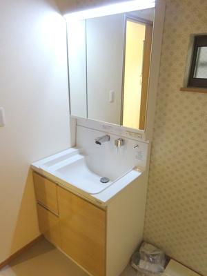 【施工例】大きな独立洗面台で朝も快適♪クロスの色などお選びいただけます!
