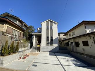 外観はオシャレなデザイナーズ住宅で1階のリビングは折上げ天井でオシャレです。