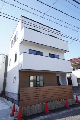【青空に映えるモダンな外観】 家の外も中も明るい家に。 白を基調に柔らかな 木目の外壁材一部を採用したモダンな外観。 青空に映える家に。
