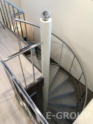 リビング・ダイニングから上階に続く螺旋階段が印象的です。