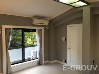 天窓が印象的な洋室です。南と北に窓があり、風通し・陽当り良好です!