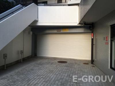 石畳の通路を抜けるとマンション敷地内の駐車場へ。分譲駐車場権利付きです。