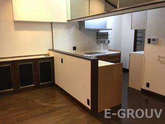 大きなL型キッチンと隣接したユーティリティスペース。家事導線に優れた便利な間取りです!