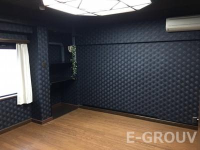 真っ黒な壁が印象的な洋室。大きな照明と大きな窓で明るいお部屋です!