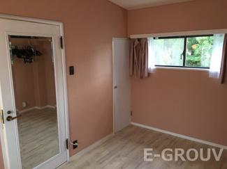 ピンク色の壁がお洒落な洋室。扉には全身鏡が付いています♪