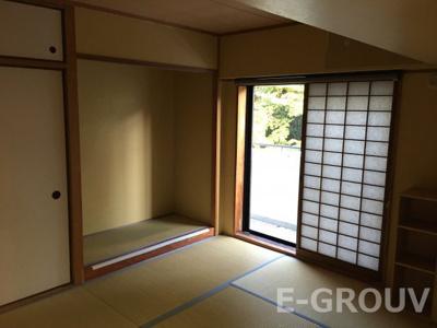 押入れや床の間がある広い和室。