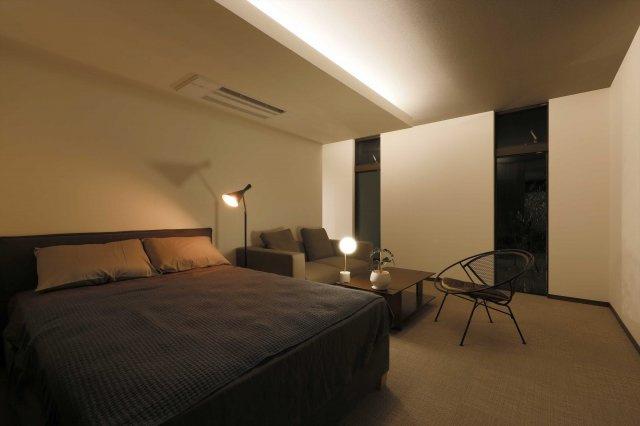 【B号地プラン例②】海外のホテルのようなモダンテイストのベッドルーム。控えめで上品なグレートーンを基調とした落ち着きのある空間です。