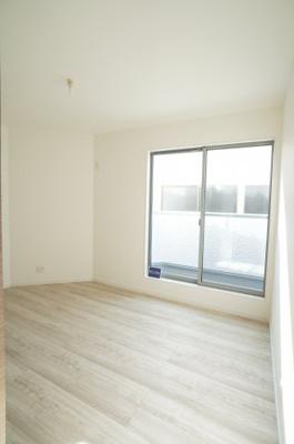 【2F南東側洋室約5.8帖】 バルコニーに隣接した主寝室にもよいかも。 たっぷりと光が差し込みぬくもりを感じる空間。 2面採光なので、部屋も明るいですね!