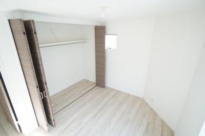 【2F南東側洋室約5.8帖】 居室にはクローゼットを完備し、 自由度の高い家具の配置が叶うシンプルな空間です。 お子様の成長と必要になる子供部屋にするには ぴったりの間取りですね。