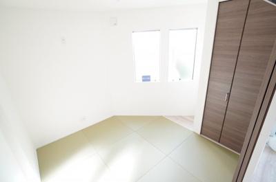 【明るい和室がポイント!】 リビングに繋がる和室ですが、 こちらも東側に窓があり、 とても明るくリビングと一体として使用すれば、 約20.5帖の大空間が生まれます!
