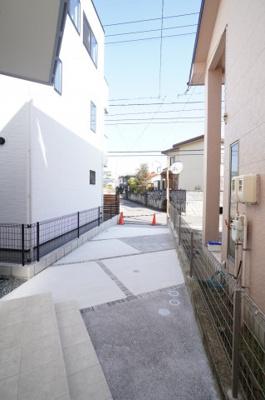 【カースペース】 車種にもよりますが、2台分の駐車スペース。 前面道路も広いので、車庫入れも楽チンです!
