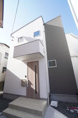【青空に映えるモダンな外観】 家の外も中も明るい家に。 白を基調に!外壁材に一部アクセントを加えることによってモダンな外観となり、 青空に映える家に。